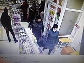 Сотрудники полиции Первоуральска устанавливают личности двух женщин, подозреваемых в краже медицинской косметики